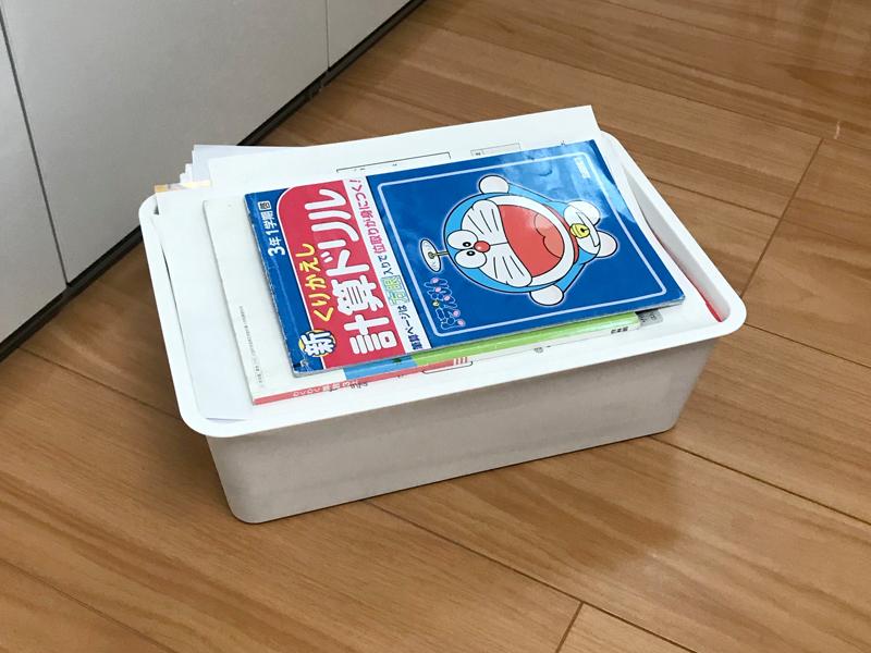 箱いっぱいにたまった子供のプリント類
