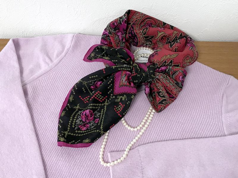 胸元のスカーフとネックレス