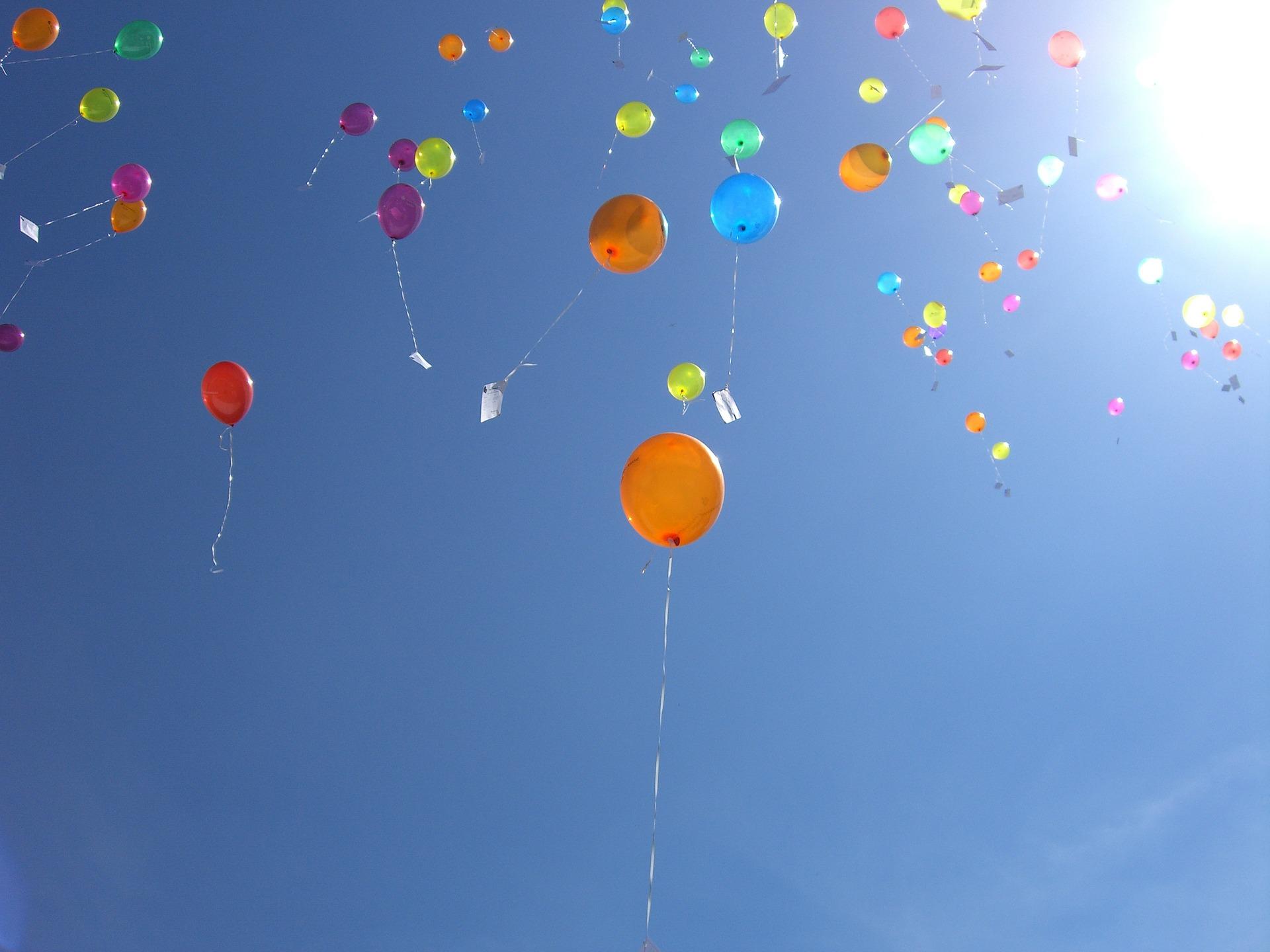 空を飛ぶ風船